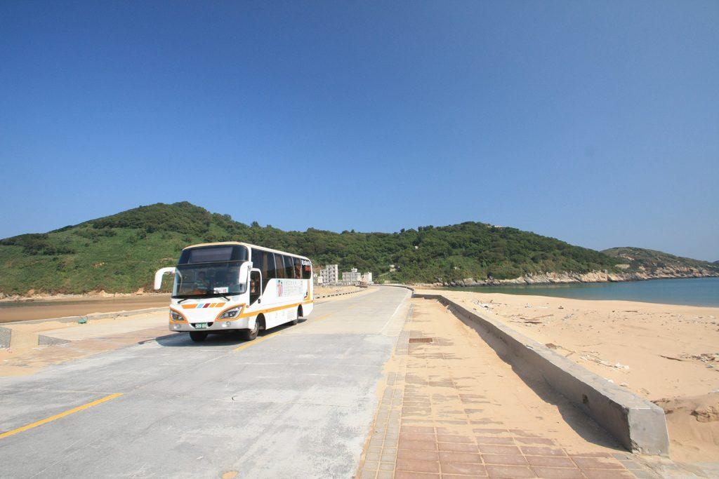 北竿機場後的塘后路,兩邊都是沙灘,是前往后沃村的唯一道路,部份公車班次會駛經。