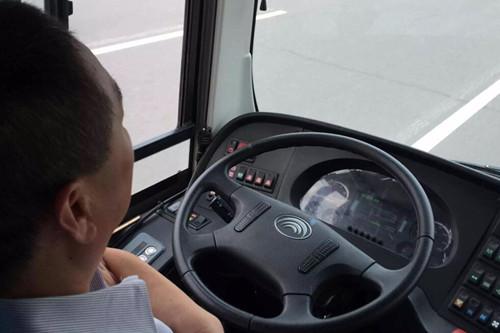 """以識別並等待紅綠燈為例,智能感知系統依靠分佈在車前後左右四方的攝像機、激光雷達,形成360無死角探測區,滿足各種複雜路況下車輛對周邊環境的感知需求。 同時,車輛驅動系統可響應由""""大腦""""主控制器發出的虛擬油門指令,如判斷為綠燈則稍後加速直接通過,如認為到達路口為紅燈或黃燈,則會提前減速,直至路口停車"""