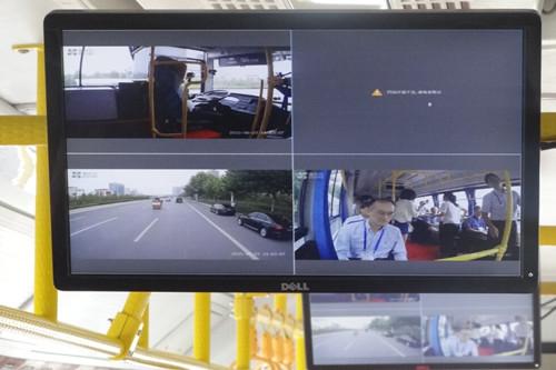 """一旦遇緊急情況,自動駕駛客車會依情況緊急程度,採取不同的減速度進行製動,最大限度避免發生追尾碰撞事故。 尤其在安全行駛中,依靠車四周的""""耳朵""""雷達探測前後方障礙物與本車的相對速度與距離,啟用預警措施,並根據這種信息調整加速、減速等措施。"""