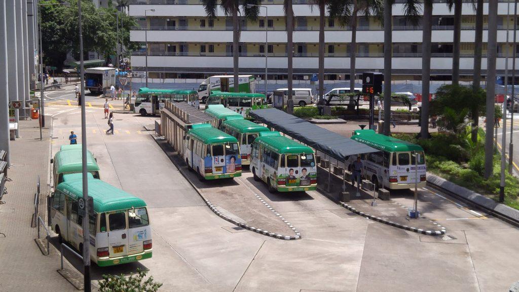非繁忙時間小巴佔用巴士站坑情況