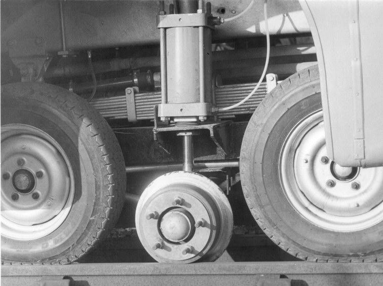NEL847M頭轉向軸經過改裝,改由四個小軜軑及配上用於行駛軌道上的引導鐵轆。© STEPHEN EDGE