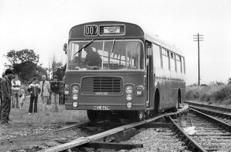 NEL847M利用臨時搭建的木造軌道進入路軌。© STEPHEN EDGE
