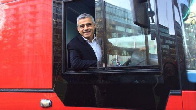 倫敦市長Khan先生還表示,在倫敦市中心的所有新型號單層巴士將是電動或氫氣驅動。