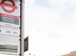 倫敦運輸試驗於巴士站旗上提供實時巴士到站時間