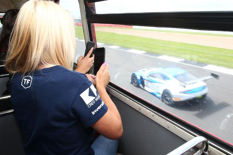 客人可於巴士上層觀看600bhp GT3車輛於旁邊以賽車速度飛過。