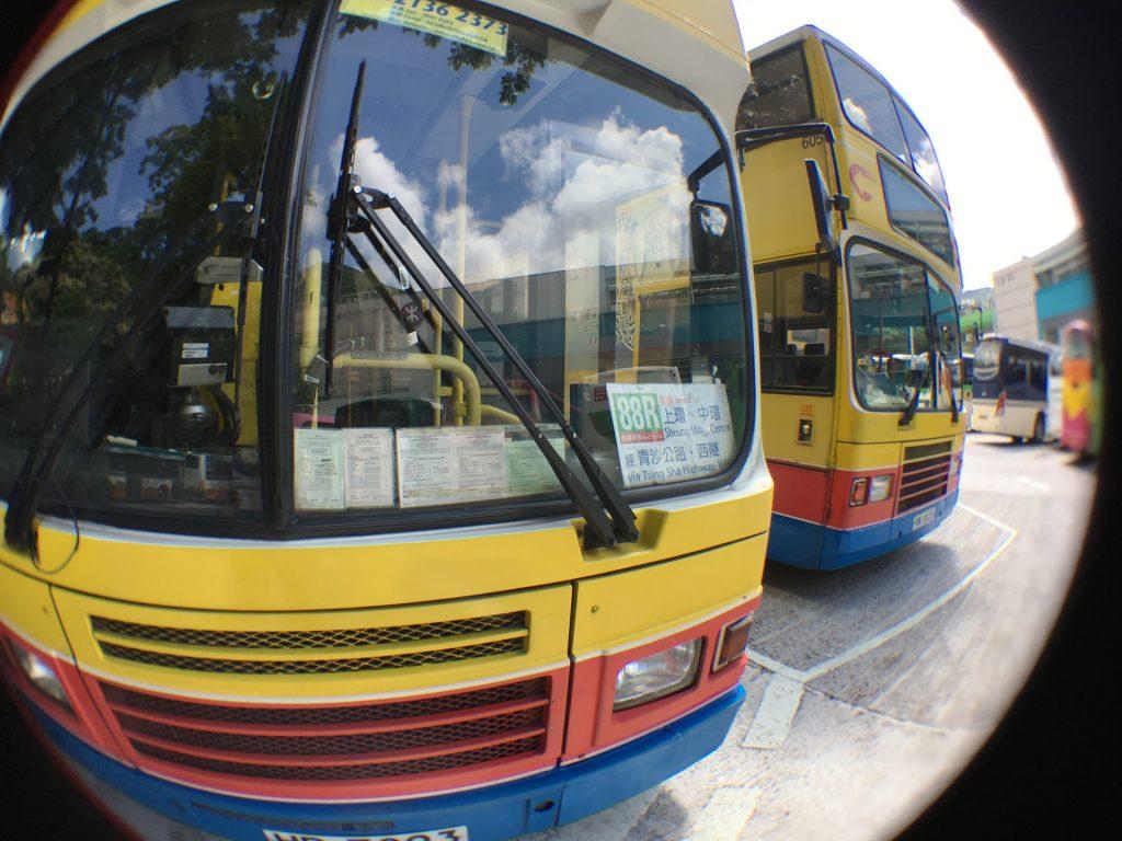 居民穿梭巴士服務現已提供不設企位、停站較少等繁忙時間服務,政府現鼓勵專營巴士公司提供類似服務。