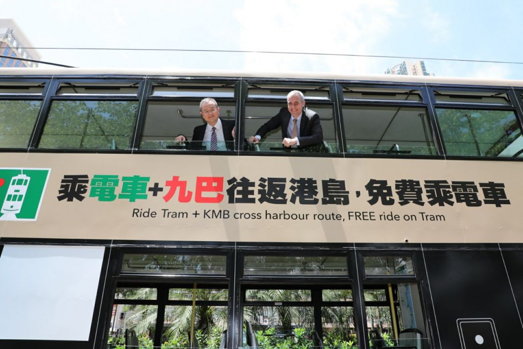 九巴企業策劃及業務發展總經理蘇偉基(左)表示,很高興與香港電車有限公司合作,令計劃得以推展,讓乘客受惠。