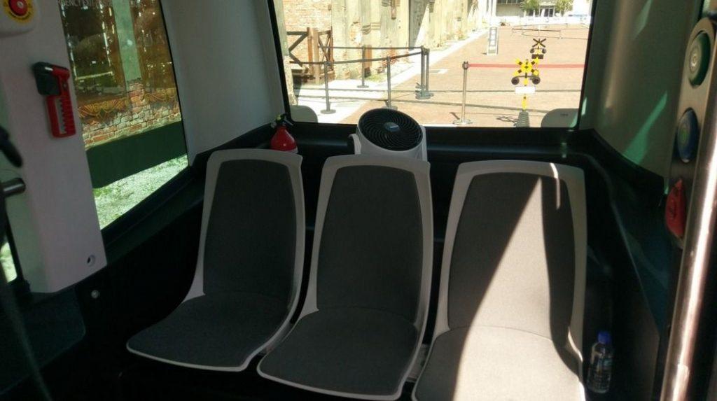 高雄市引進全台第一輛無人駕駛小巴士,車內有6個按鈕,門旁有開門鈕。
