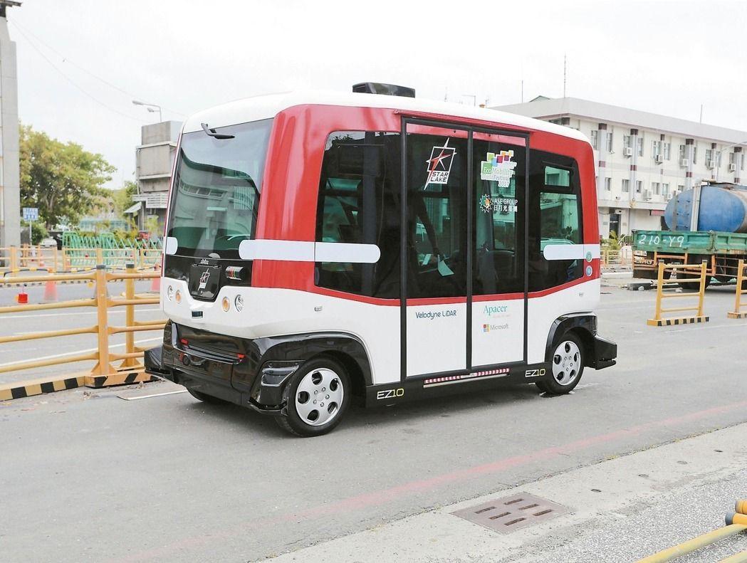 高雄市引進台灣第一輛無人駕駛小巴