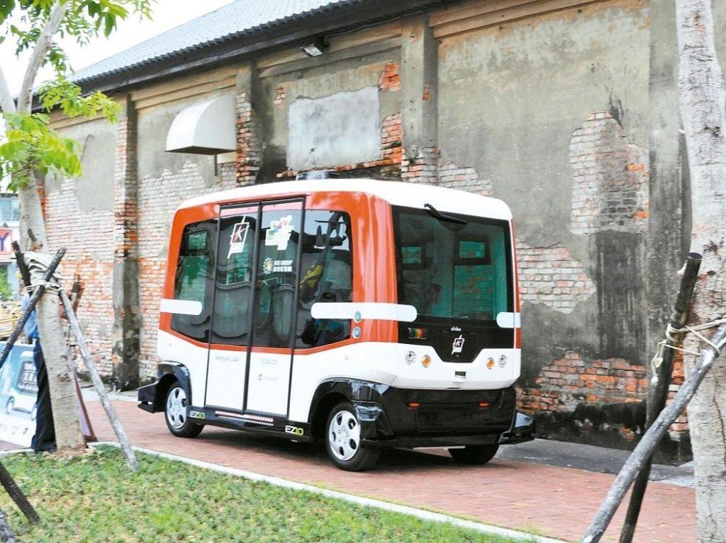 無人駕駛小巴配置8顆LIDAR雷射測距儀,並有2具攝影機、GPS 定位系統等,行駛途中一旦感測到障礙物,就會立即自動減速或暫停。