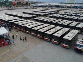 中國政府捐贈給柬埔寨的98個宇通巴士進行交接儀式