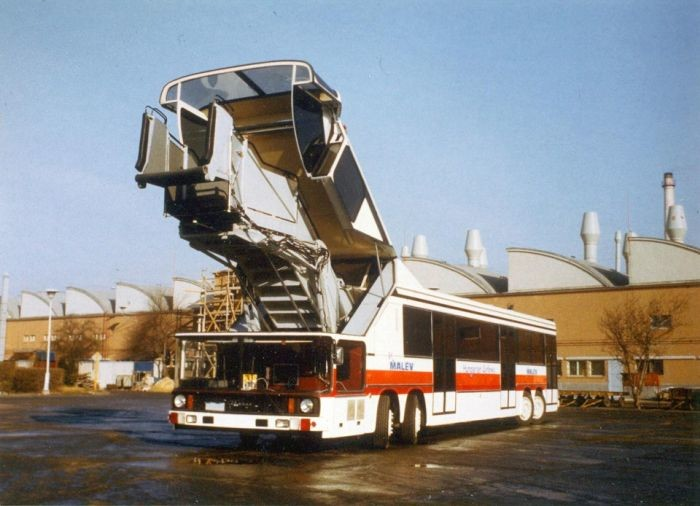 Ikarus 692客梯可升高至4.2米。