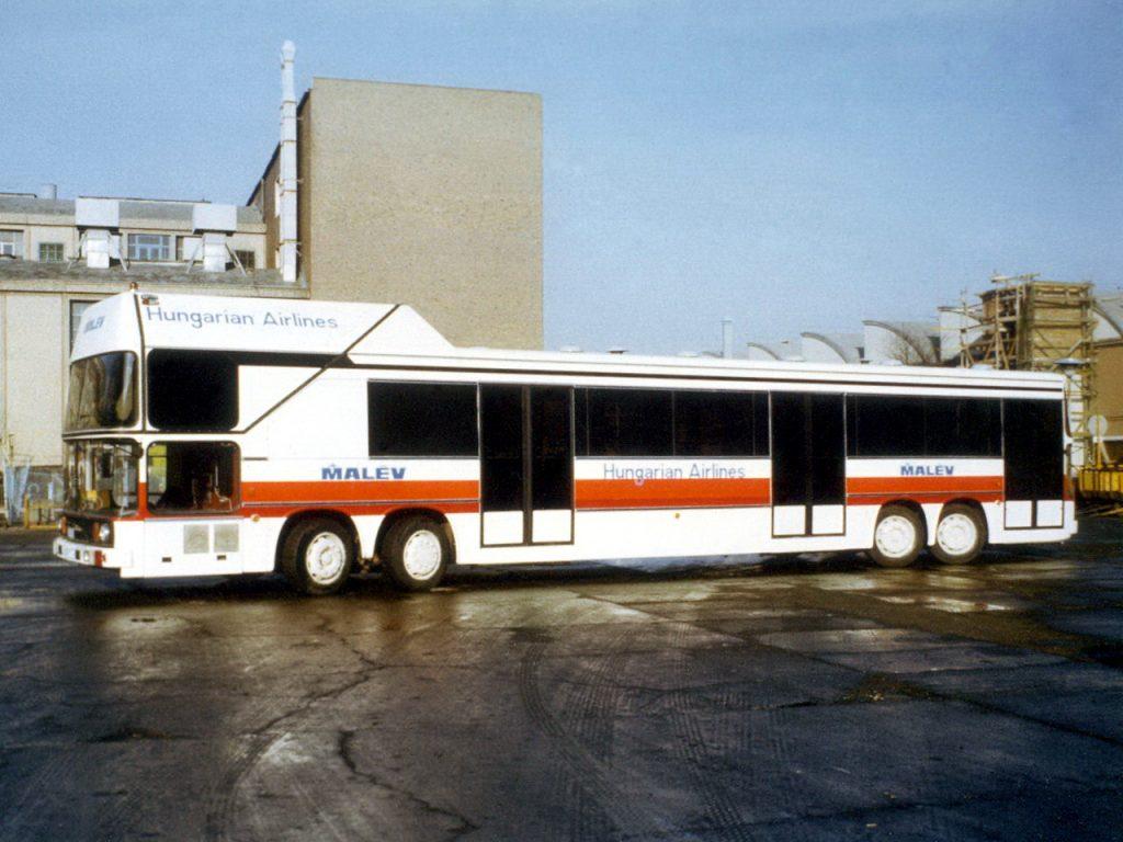 收起客梯後,Ikarus 692是一部四軸轉向單層巴士。