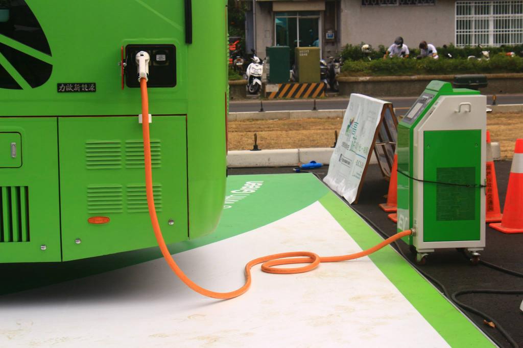為配合電動巴士試乘活動,有關方面分別在中山大學內及哈瑪星旅運中心加設了巴士專用充電站。(圖中是靜態展覽場地的臨時充電站)