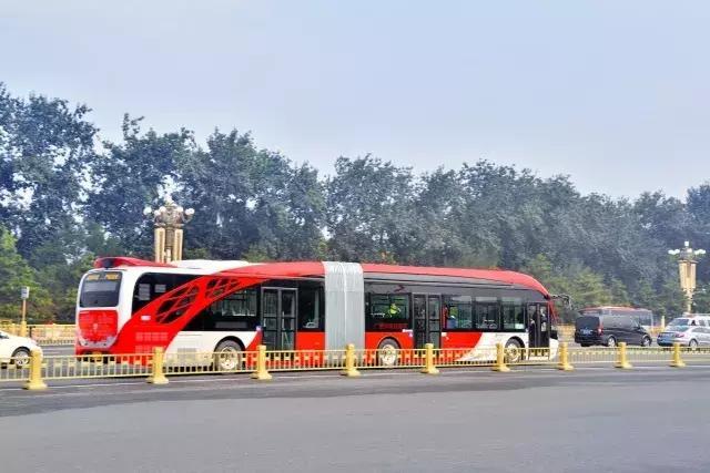 巴士配置了高鈦酸鋰快充動力電池組,15分鐘即可完成充電,續航里程可達130公里