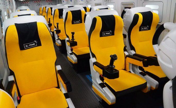 巴士內座椅都是專門打造,每個座位都有專屬的遊戲搖桿可乘客使用。 (網上圖片)