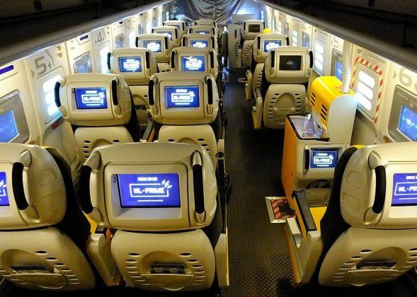 巴士車廂內共設有20名乘客座,此外還有位於車箱中段與後部各一部遊戲電腦主機。(網上圖片)