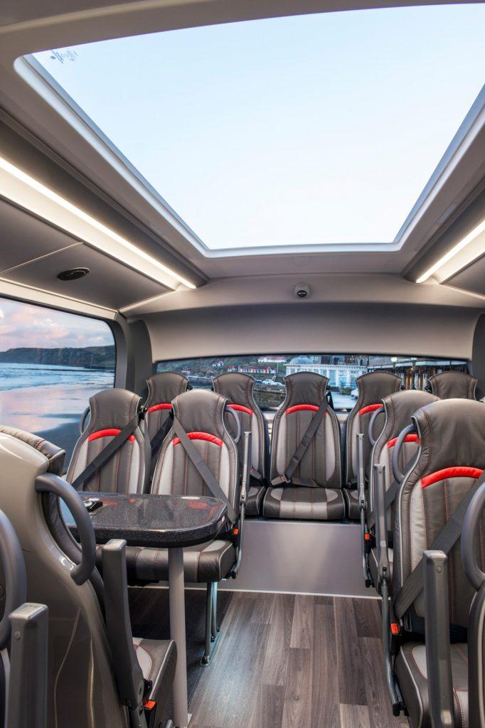 巴士配置了天窗及真皮座椅