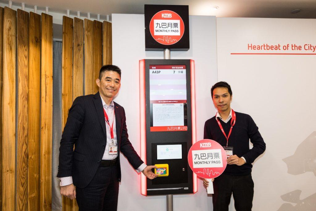 九巴車廠總經理彭樹雄先生(左)及業務發展經理梁領彥先生(右)示範如何購買及使用九巴月票。