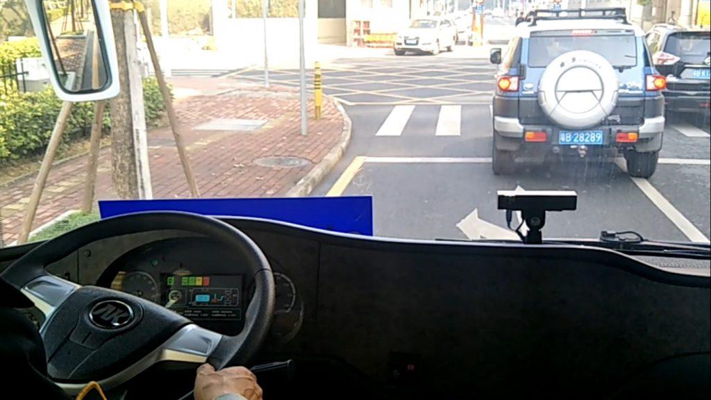 前方車輛減速停車,巴士自動煞停