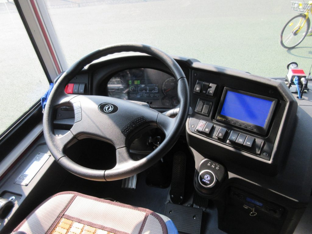 因法規因素,每輛巴士仍設置駕駛座,但駕駛無需進行巴士操作