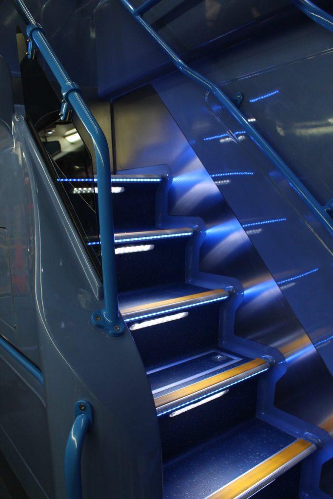 巴士樓梯配有LED照明