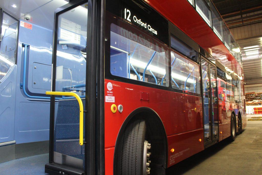 巴士備有尾軸輔助轉向功能