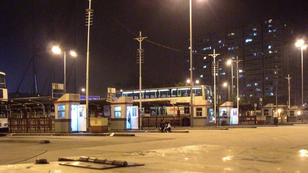 圖中 68X 是佐敦道碼頭的「真正」尾班車。總站旁的維修更亭、水箱已全部撤走。攝影:老總