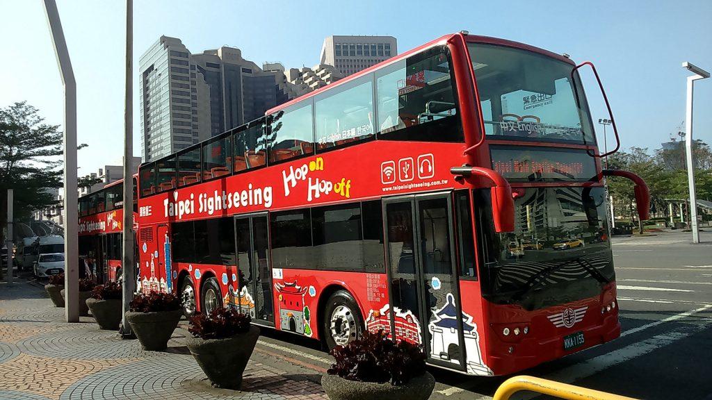 臺北市雙層觀光巴士以紅色為主色。