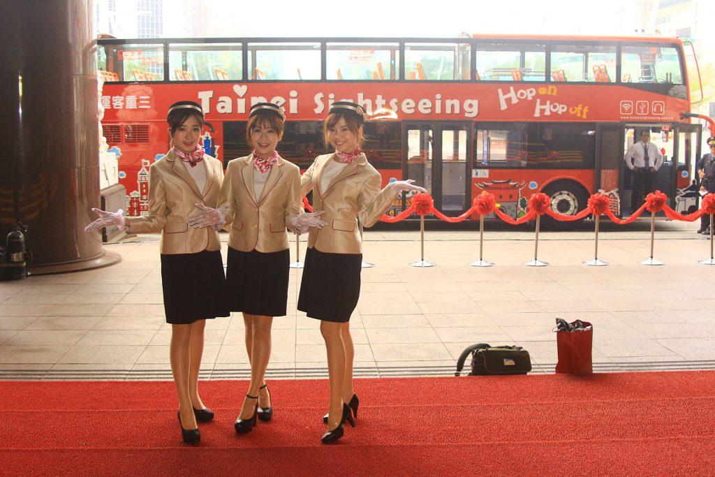 臺北市雙層觀光巴士隨車更有車掌小姐提供服務,並由日本哈多巴士( HATO BUS )協助培訓車上的服務人員禮儀。