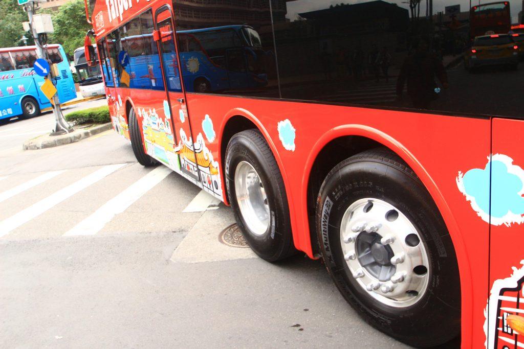 臺北市雙層觀光巴士採用富豪B8RLE三軸底盤,設有尾軸輔助轉向功能。
