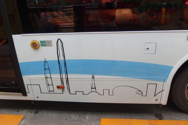 車上有線條畫出深圳市的特色建築。