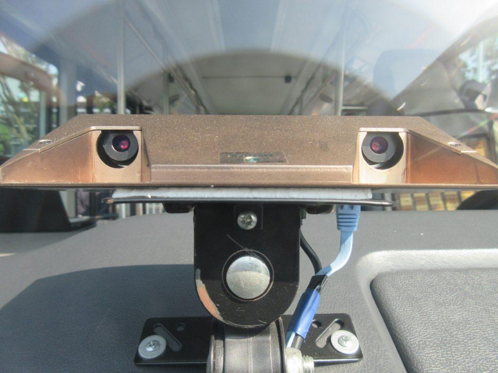車頭裝置交通號稱偵測器,偵測交通號誌燈號,無須交通號誌發送訊號